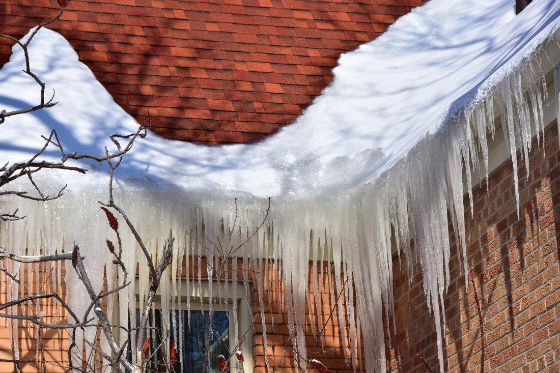 Led ima večjo težo kot sneg. Poleg tega lahko poškoduje žlebove, mimoidoče in drugo lastnino. Foto: northlight/Shutterstock