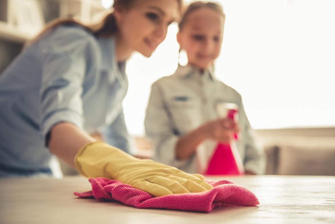 Prej, kot boste otroka naučili, da vam pomaga pri gospodinjskih opravilih, hitreje se bo navadil na red in ga nato vzdrževal povsem spontano. FOTO: VGstockstudio/Shutterstock