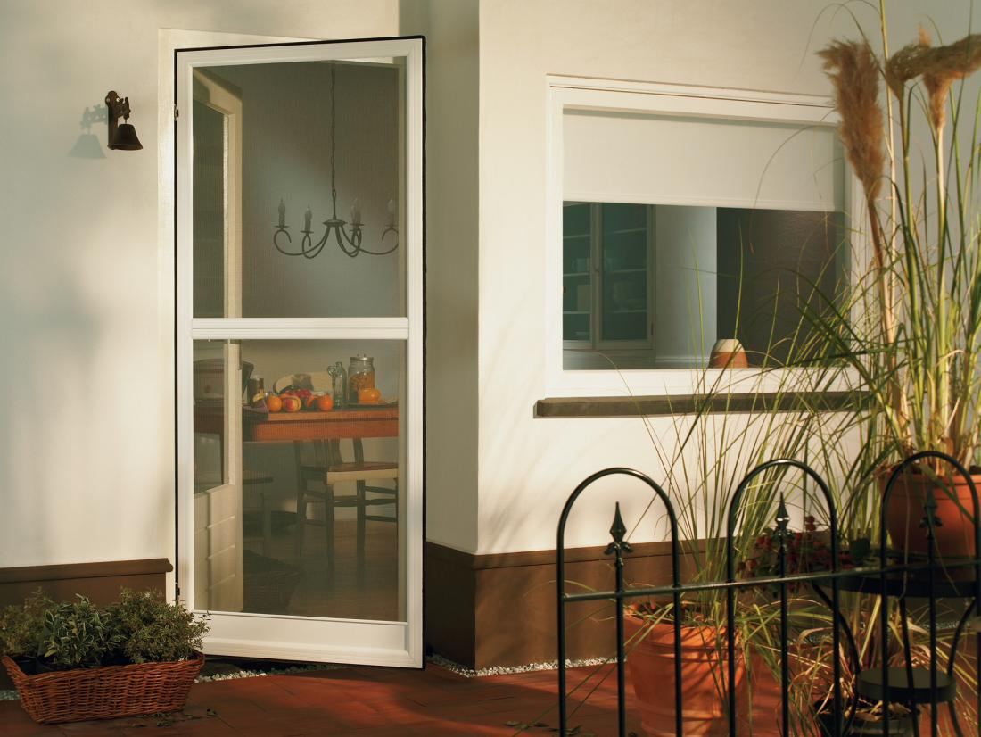 Za balkonska vrata so primerni predvsem komarniki s samozapiralnim mehanizmom.