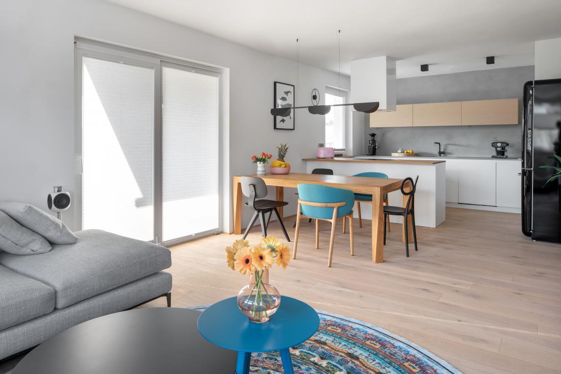 Microtopping je primeren tudi za kuhinje - na stenah ob delovnih površinah lahko nadomesti ploščice ali steklo. FOTO: Lovro Rozina