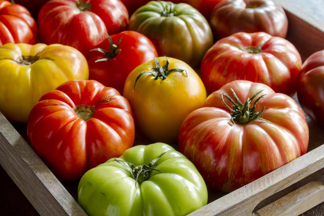 Proti koncu sezone poberemo še nezrele plodove in jih pokrite dozorimo v zabojčku. Foto: Teri Virbickis/Shutterstock