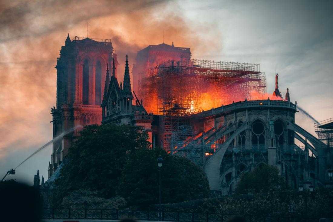 Požar v znameniti pariški katedrali Notre-Dame aprila lani. FOTO: Shutterstock