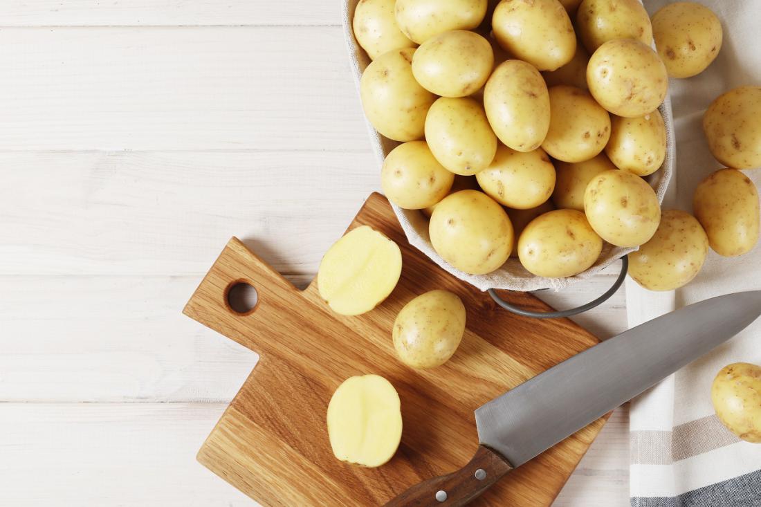 Večina vrtičkarjev sadi krompir za zgodnji izkop in razkošje mladega krompirčka. Foto: PandaStudio/Shutterstock