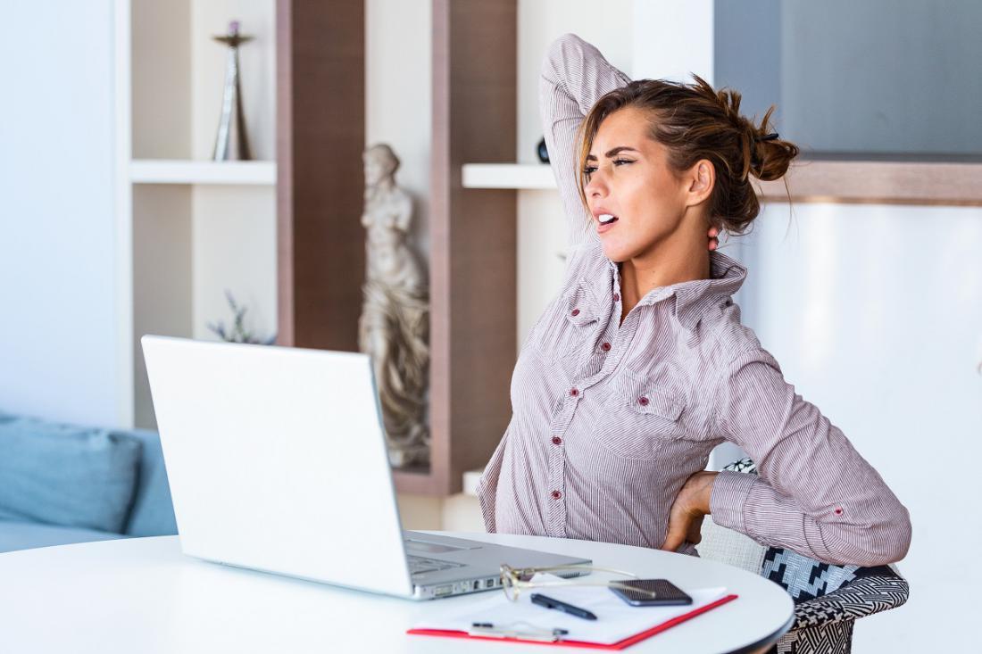 Sklanjanje k nizko nameščenemu zaslonu prenosnega računalnika je pogost razlog bolečin v hrbtu in vratu. Foto: Photoroyalty/Shutterstock
