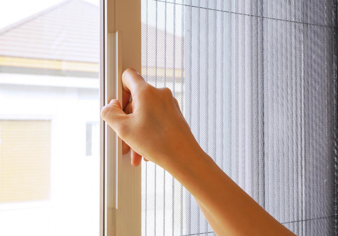 Plisirani komarniki se odpirajo vstran, primerni so tudi za okna z zunanjimi senčili. FOTO: Lek in a BIG WORLD/Shutterstock