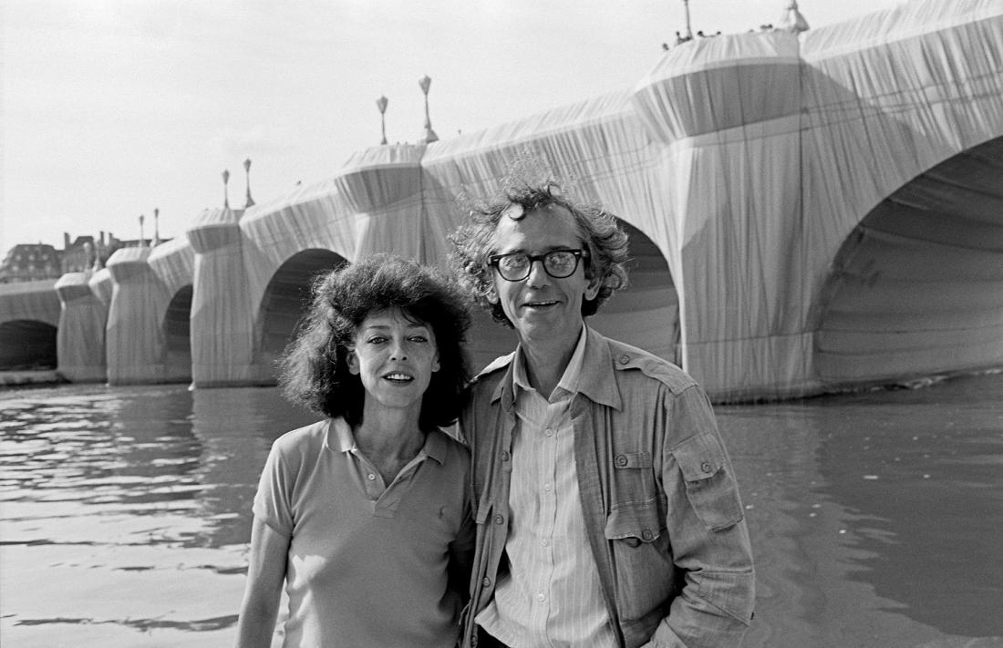 Christo inJeanne Claude pred ovitim mostom pont Neuf leta 1985. Foto: Wolfgang Volz/Christo and Jeanne-Claude Foundation