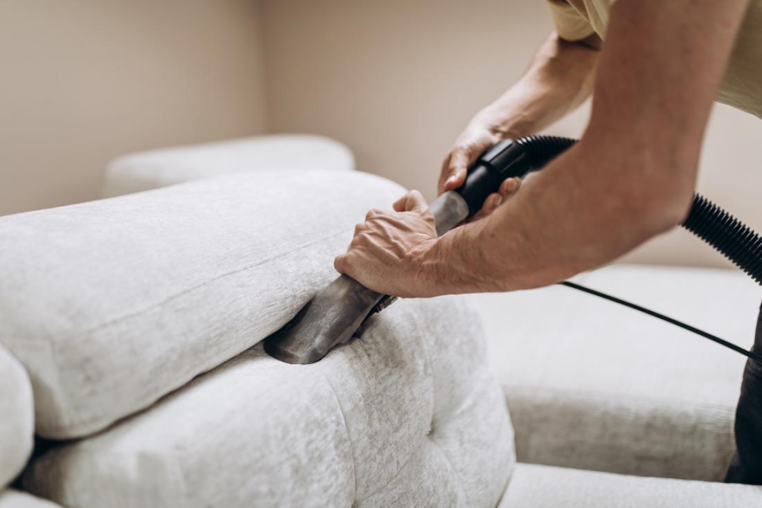 Enkrat na teden dobro posesajte blazine in sedalno površino, da boste odstranili prah, umazanijo in drobtine. FOTO: hedgehog94/Shutterstock