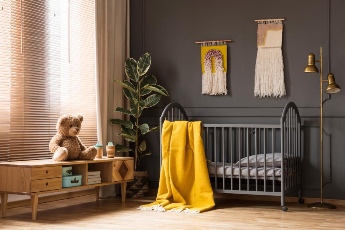 Vse bolj priljubljene so otroške sobe, ki so spolno nevtralne. To pomeni, da se starši izogibajo rožnati in modri barvi ter se raje odločajo za različne odtenke sive. (FOTO: Shutterstock)