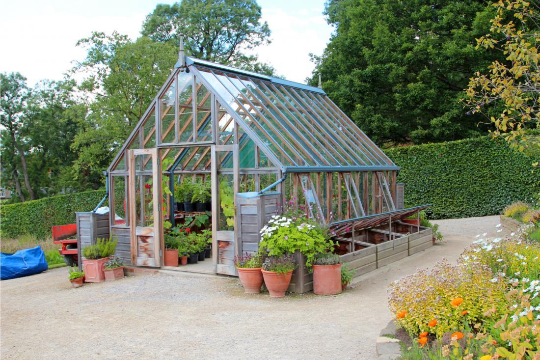 Za rastlinjake od 50 do 150 kvadratnih metrov je treba pridobiti gradbeno dovoljenje za nezahteven objekt (t. i. malo gradbeno dovoljenje).