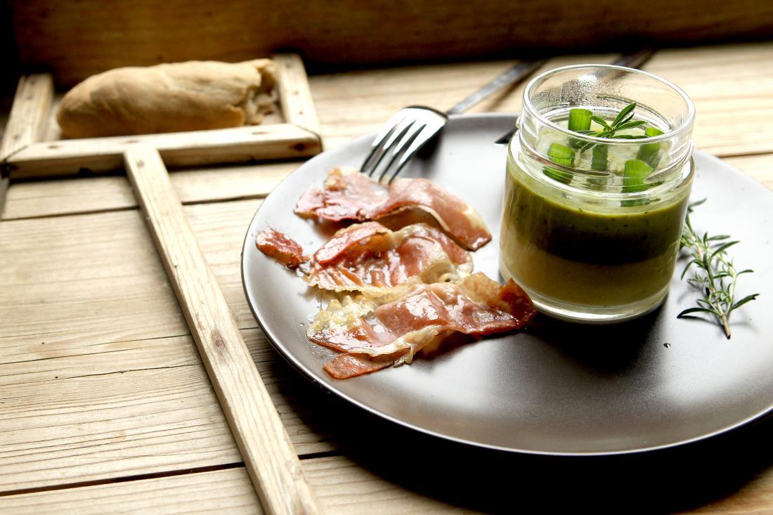 Odrasli ne bi smeli pojesti več kot 14 gramov rdečega mesa dnevno, kar predstavlja na primer polovico rezine slanine. FOTO: Roman Šipić/Delo