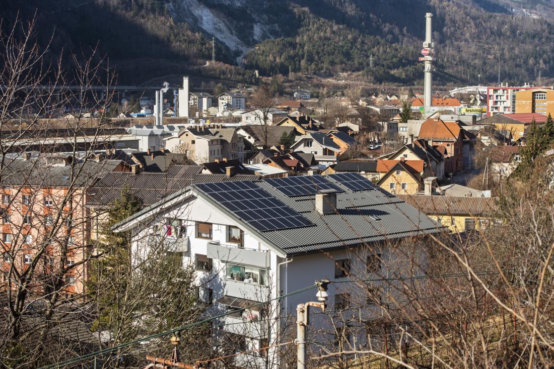 Prva sončna elektrarna na večstanovanjski stavbi s 23 stanovanji na Jesenicah ima 36,7 kW moči, letno pa bo proizvedla 37.000 kilovatnih ur zelene električne energije.