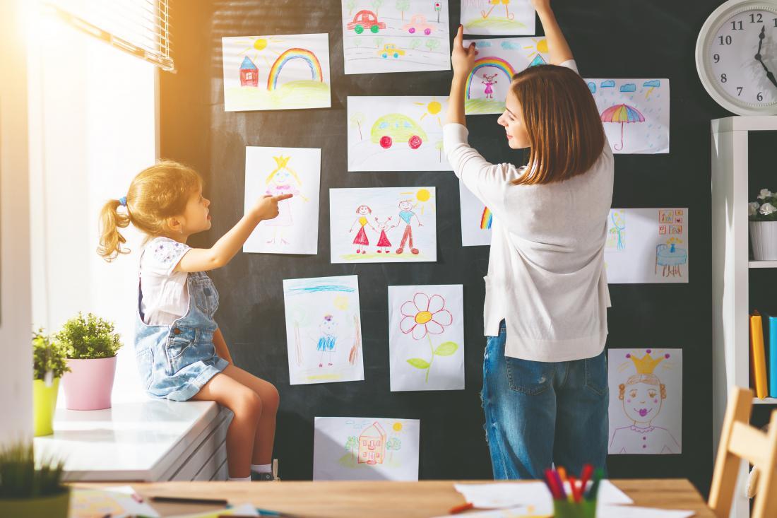 V igralnici eno steno namenite razstavi vseh otroških risarij.