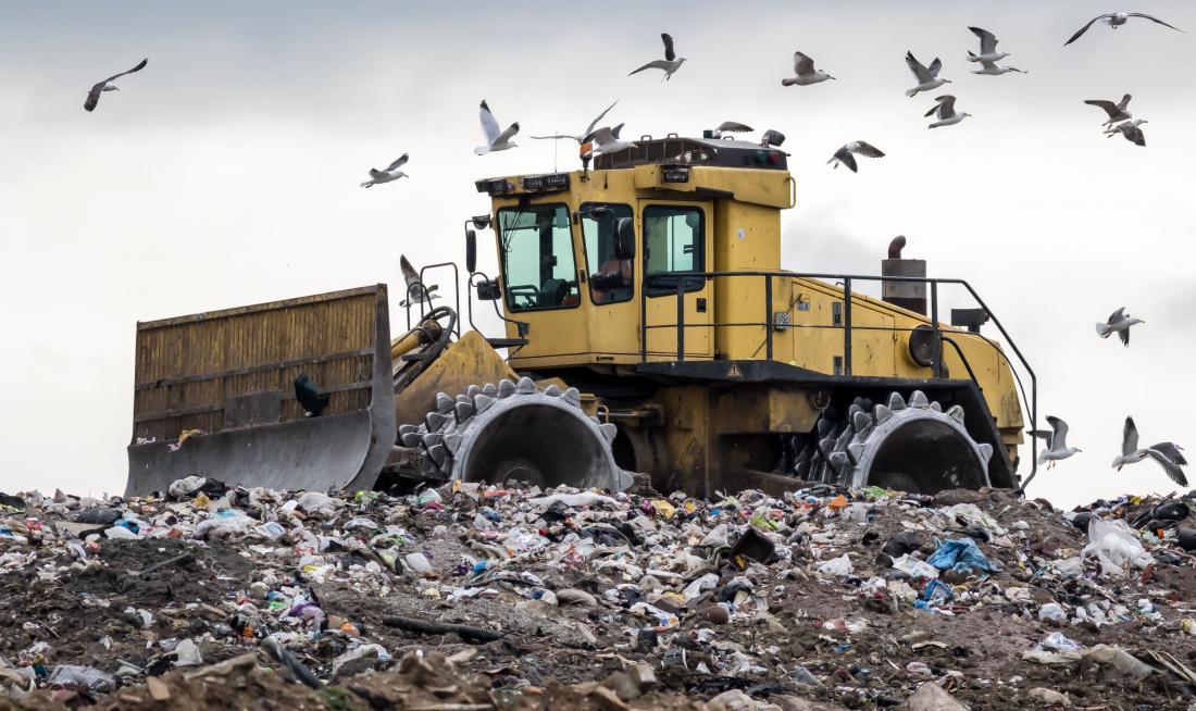 Zavržena hrana na odlagališčih razpada počasneje, saj proces gnitja onemogoča pomanjkanje kisika. Ob tem nastaja toplogredni plin metan. Foto: Shutterstock