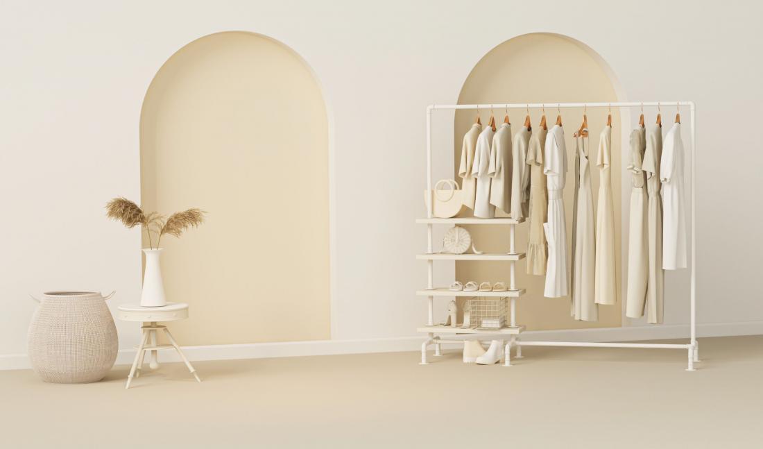 Stojalo za oblačila s policami bo nadomestil omaro, ki vam bo samo zavzela prostor. Foto: Tiviland/Shutterstock