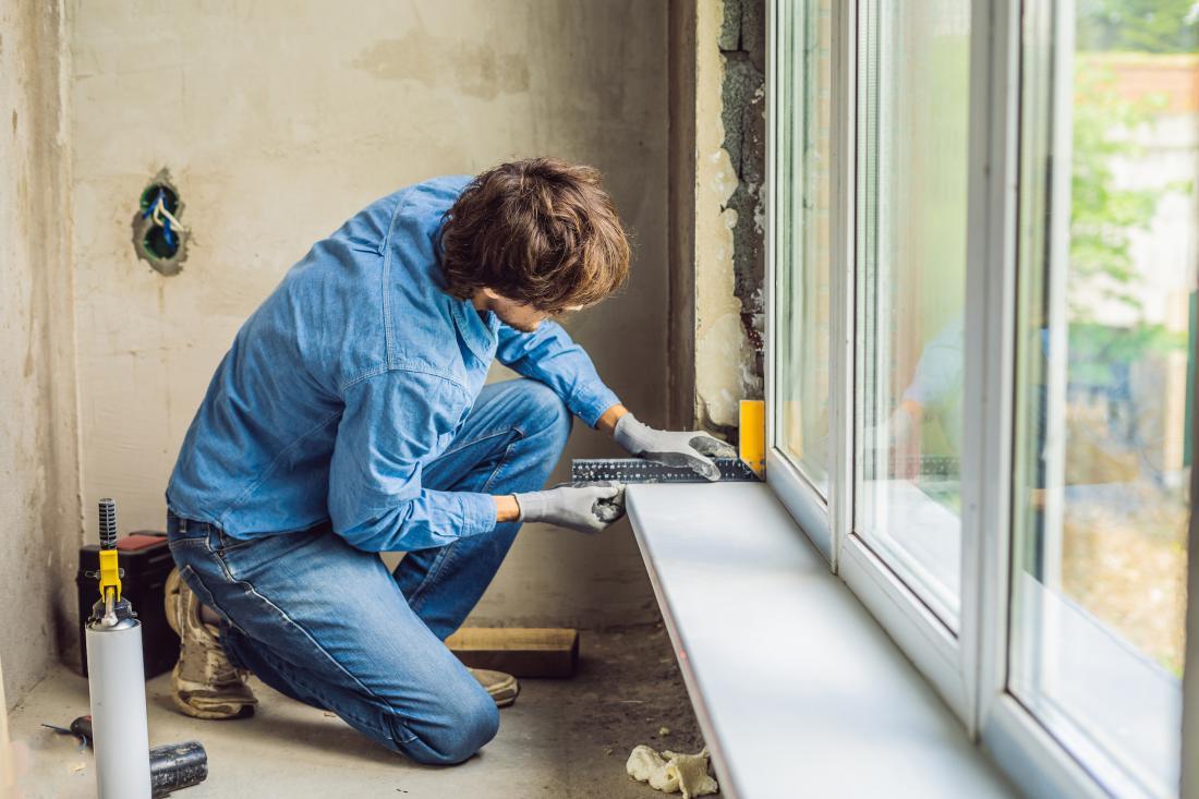 Toplotne izgube pri oknih lahko preprečimo tudi s pravilno vgradnjo. Monter mora biti strokovno izobražen, da lahko svoje delo kvalitetno opravi. FOTO: Elizaveta Galitckaia/Shutterstock
