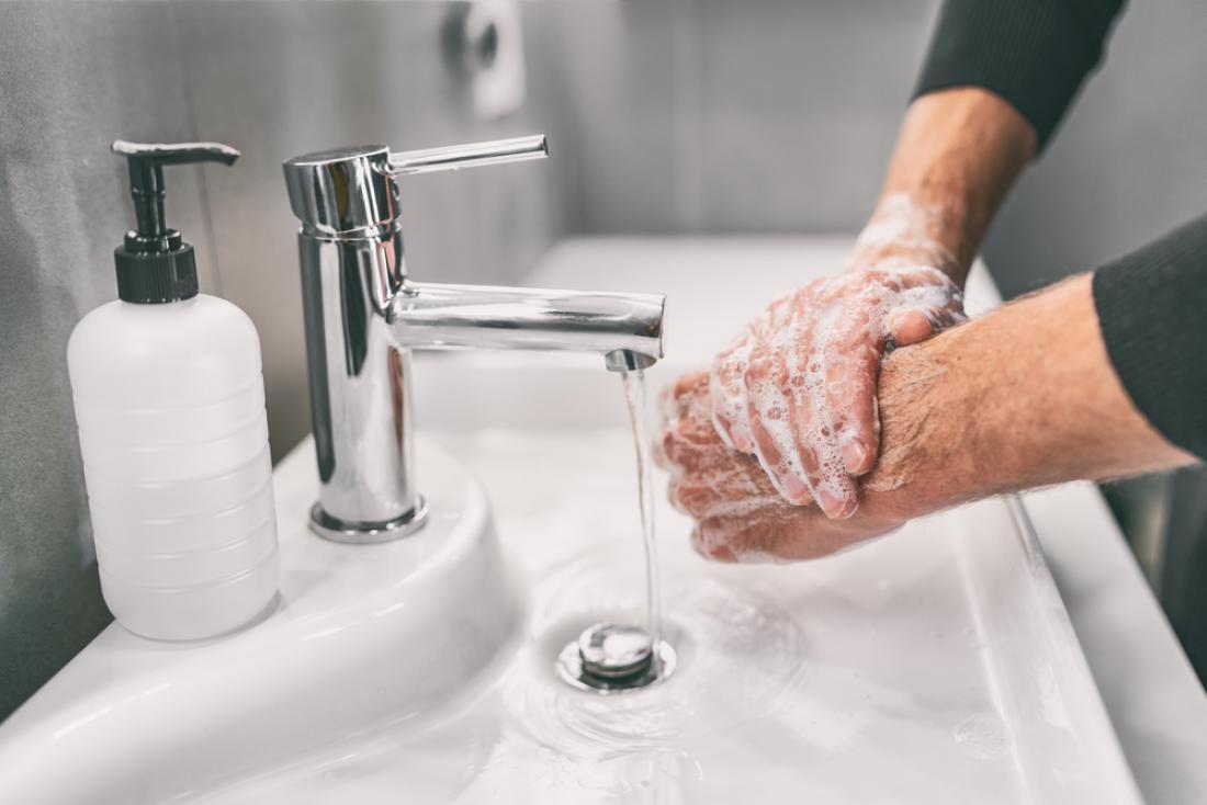 Voda in milo zadostujeta za odstranjevanje umazanije, bakterij in virusov. FOTO: Maridav/Shutterstock