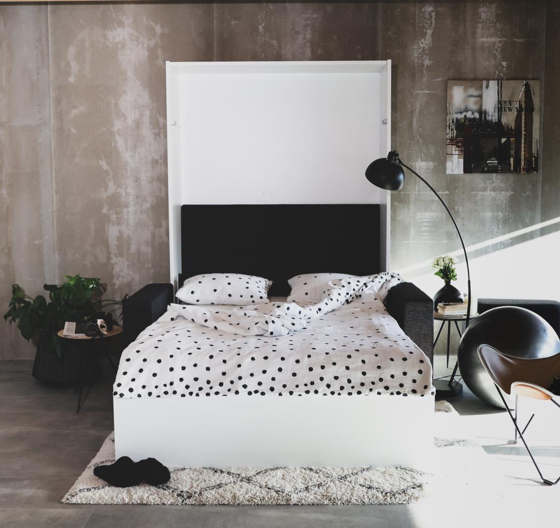 Odprta omarna postelja s sedežno garnituro in posteljnino blagovne znamke ooh noo.