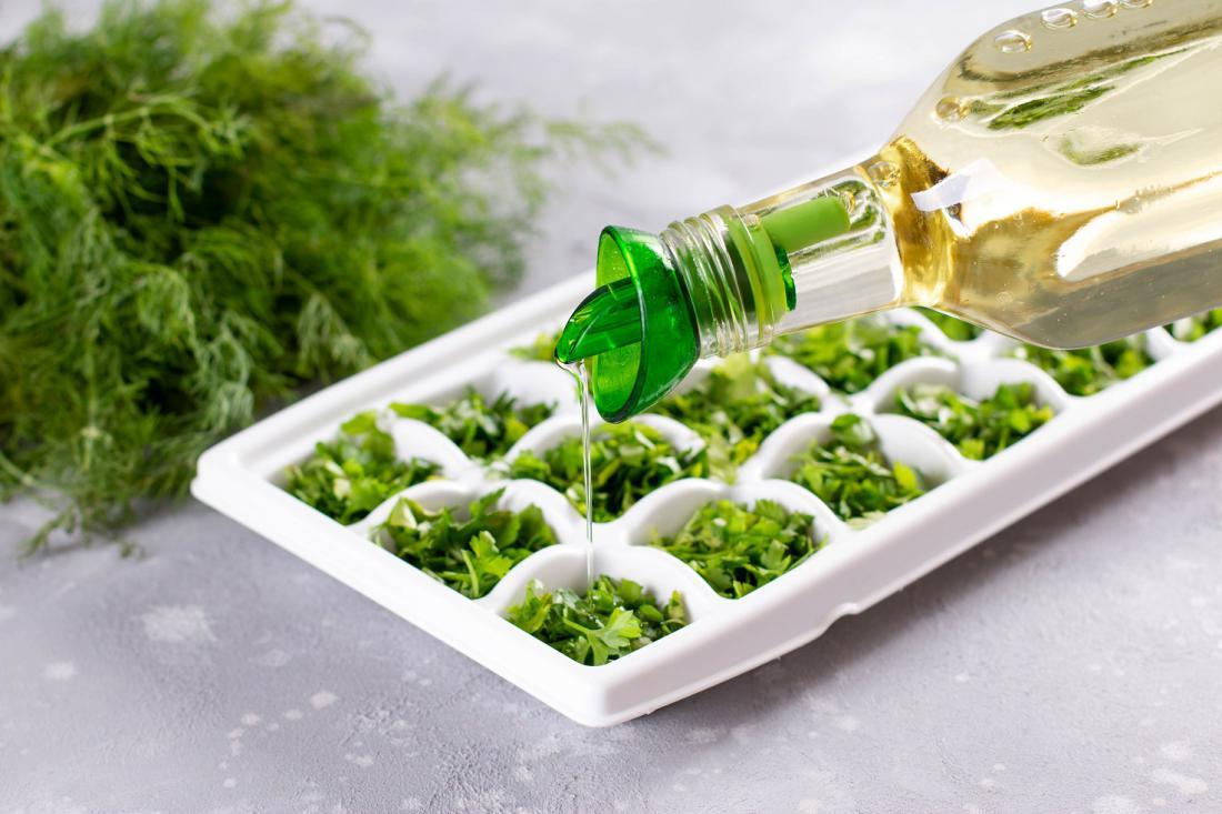 Začimbnice zamrzujemo v vrečki ali v modelčku za ledene kocke – v vodi ali olju. Foto: Ahanov Michael/Shutterstock
