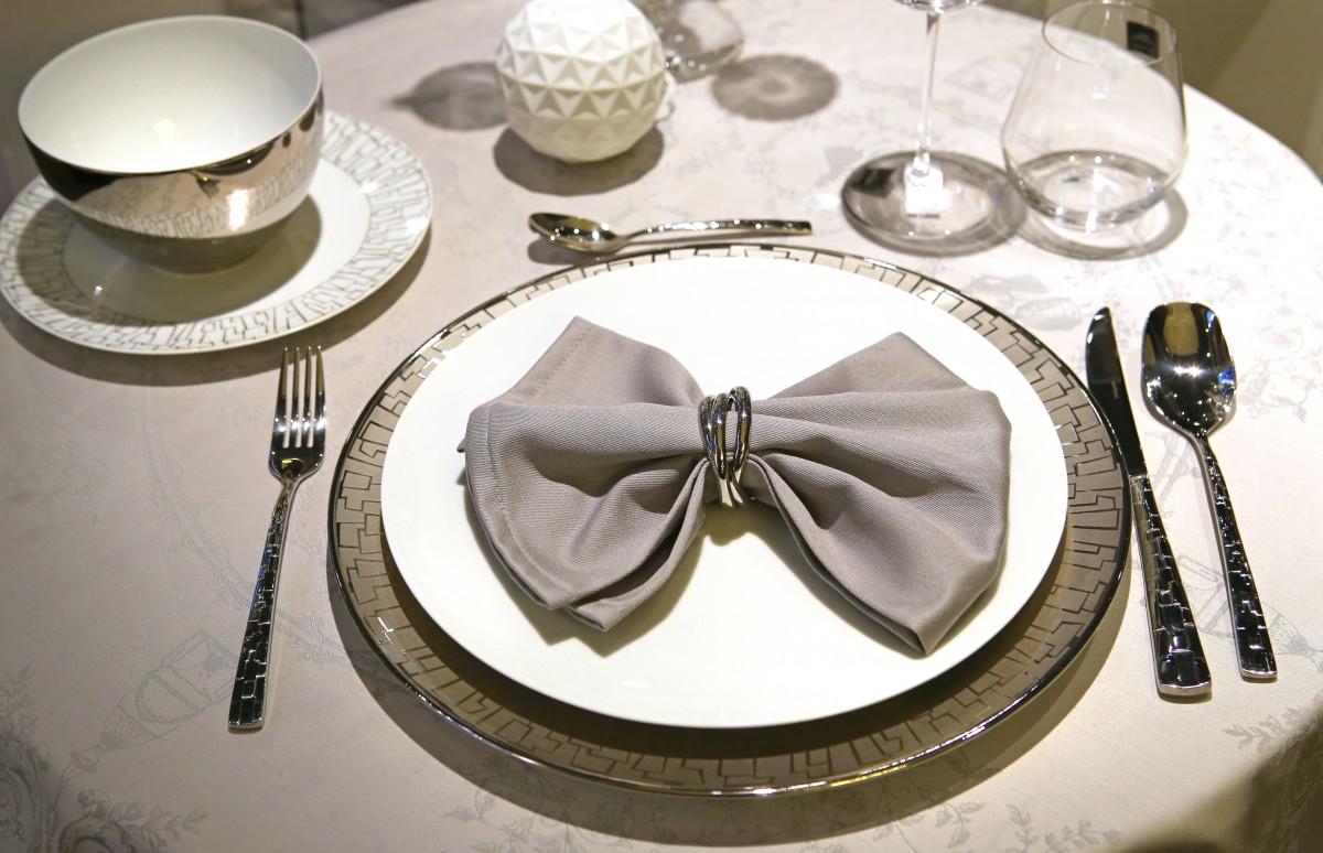 Pogrinjki in jedilni pribor: Praznična miza in bonton